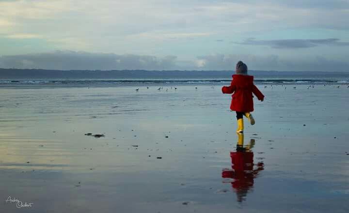 Petite fille sur la plage. Plomodiern (29)