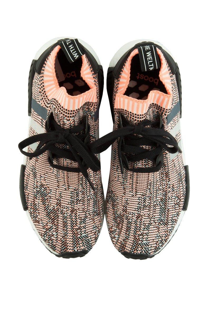 Vista completa Adidas NMD R1 zapatilla en negro onix Sungold corriendo