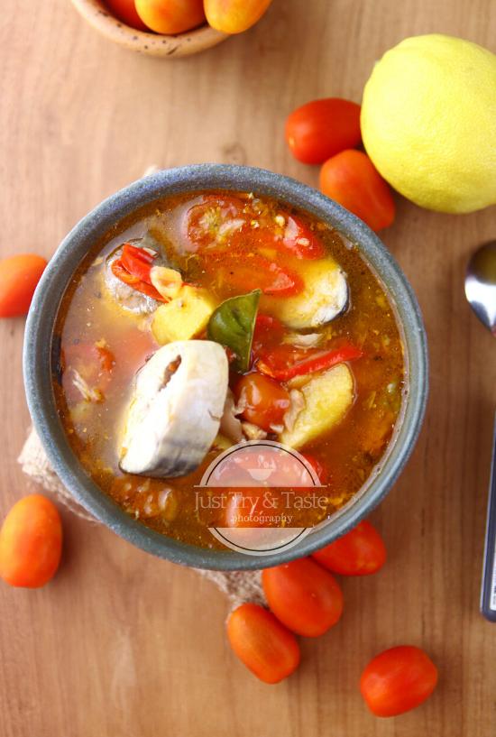Sup Ikan Tomat Pedas Spicy Tomato Fish Soup Di 2020 Sup Ikan Masakan Indonesia Tomat