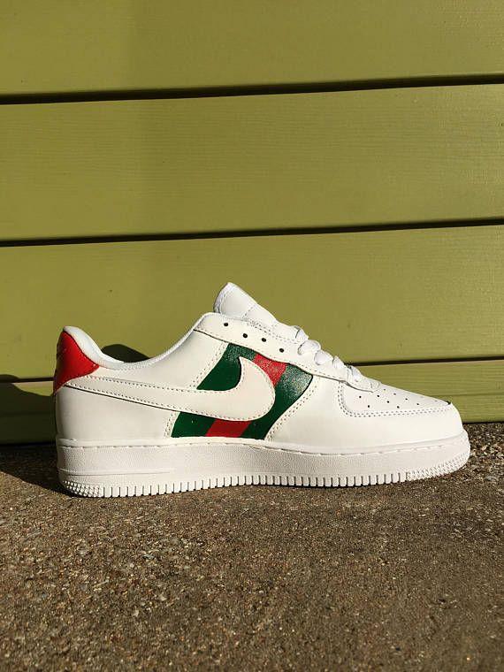purchase cheap af4c0 4016d Nike Air Force 1 Gucci Custom Design. -La chaussure est peint avec de la  peinture de cuir de haute qualité et recouvert dune finition à la main.