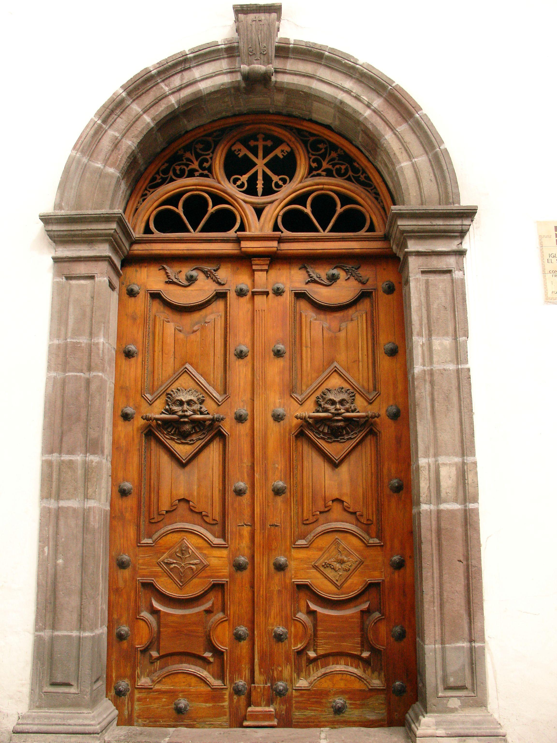 Puerta iglesia antigua centro historico de quito for Puertas de cuarterones antiguas