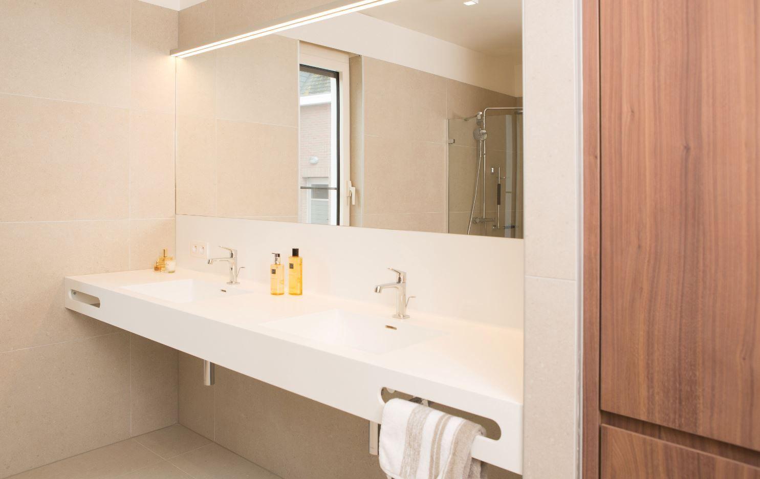 Corian Badkamer Wanden : Badkamer ontworpen en gemaakt door ferzo met corian tablet en