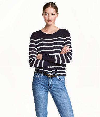Schwarz. Pullover aus weichem Feinstrick mit Rippenbündchen an Halsausschnitt, Ärmeln und Saum.