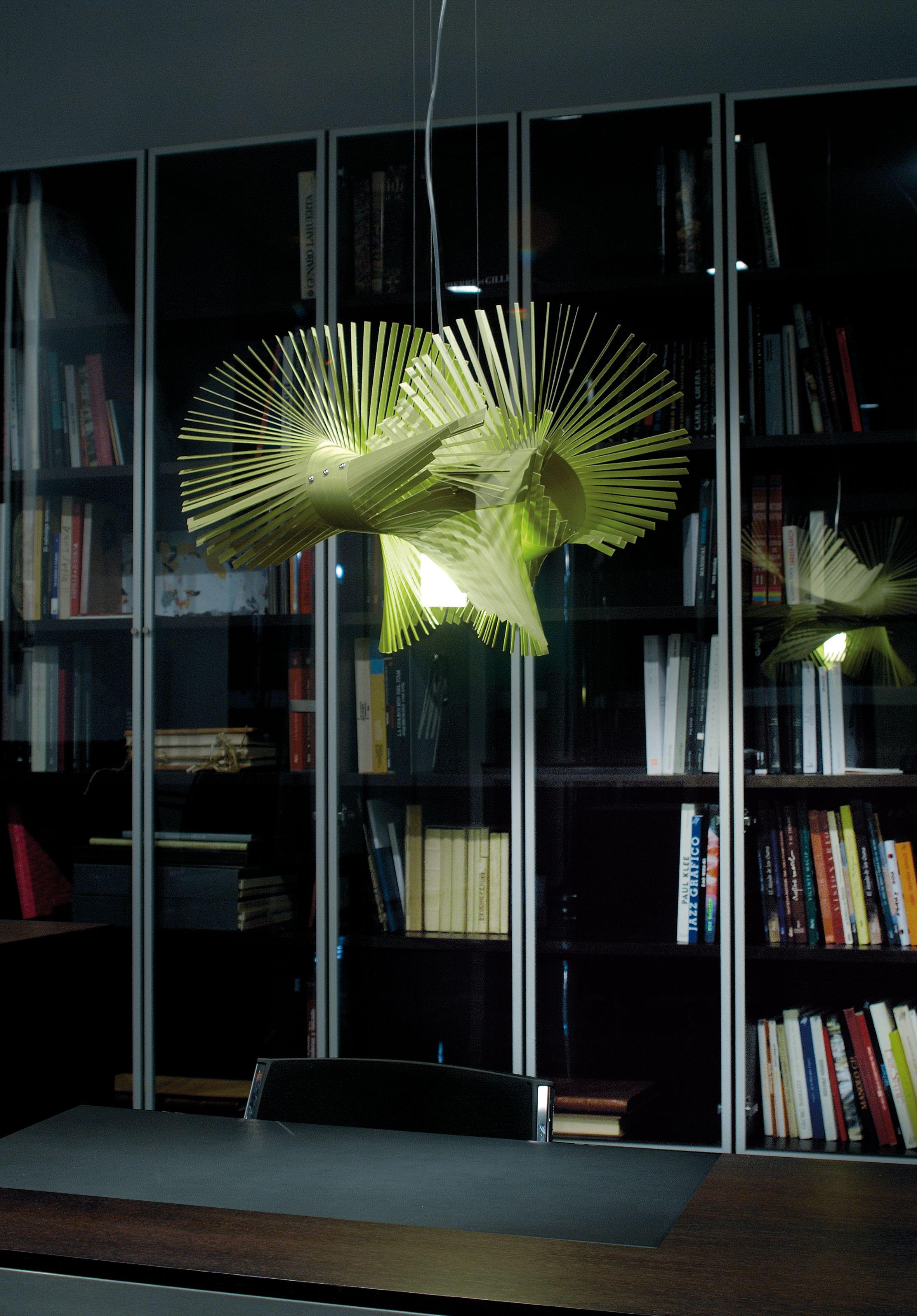 Daring, pícara e inconformista, la lámpara Mikado no deja a nadie indiferente. Un juego ancestral conocido como Mikado entra en nuestra casa gracias a la habilidad y destreza de Miguel Herranz. Una lámparas cuya tiras de madera desarrollarse en el aire y proyectar rayos hermosos de la habitación. - See more at: http://www.lzf-lamps.com/products/minimikado-s/#sthash.fjT5EH3e.dpuf