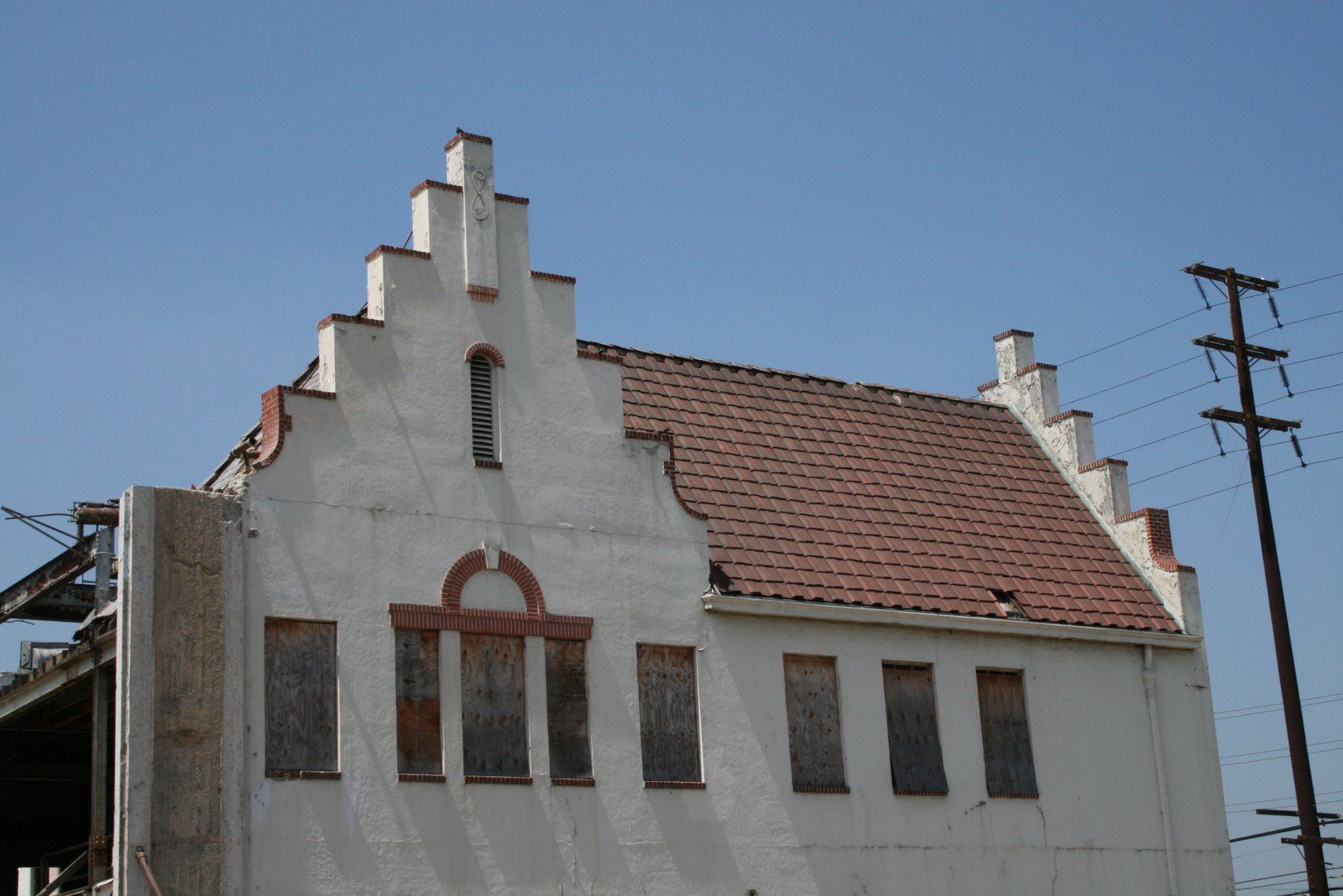 Dutch Gable Roof Shape with wallOpposite of halfhipped