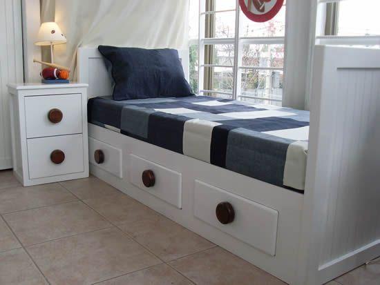 Cama blanca con velador, ambos de madera. Tienen cajones (la cama y ...