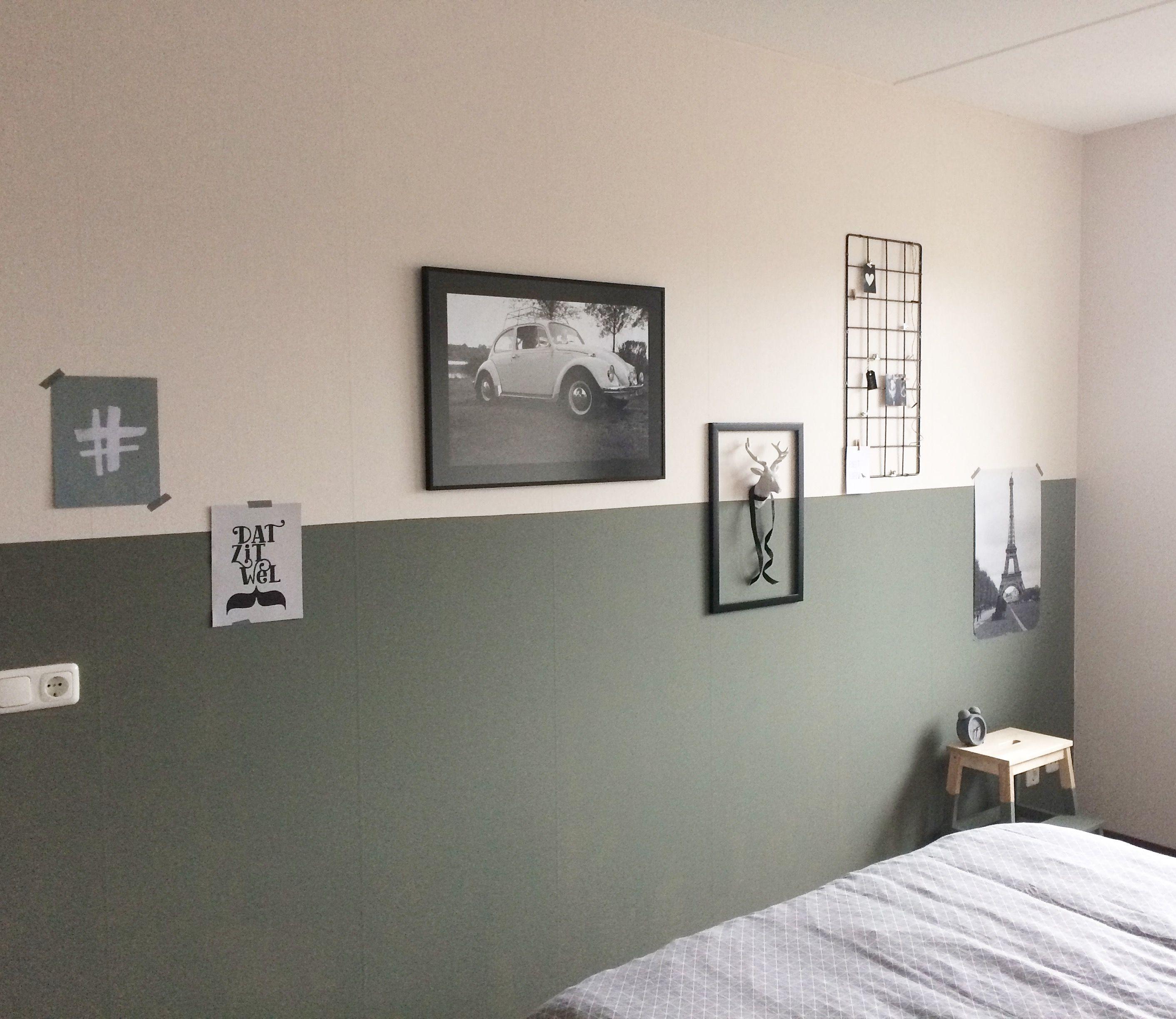 Lambrisering. Slaapkamer. Muurdecoratie. Kleur Spijker van