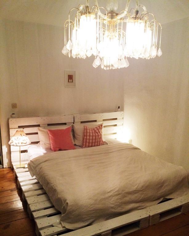 Wunderschönes DIY-Bett aus weiß-gestrichenen Paletten. WG-Zimmer ...