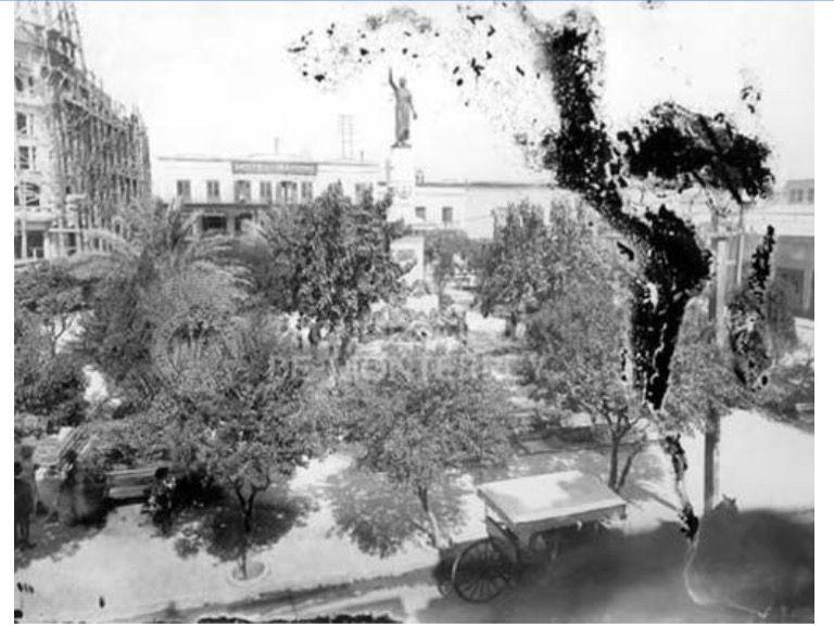 Plaza Hidalgo, del lado izquierdo el Hotel Ancira, llama la atención la cantidad de andamios de madera. Probablemente el Hotel Ancira se encontraba en construcción. foto: de la fototeca digital del ITESM