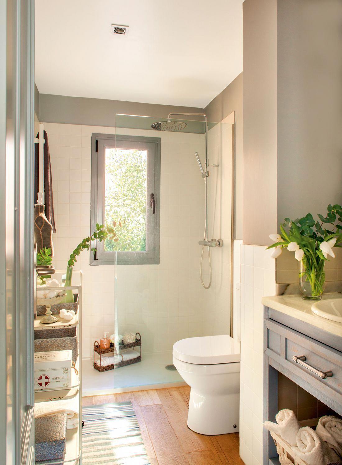 00401119 Baño Estrecho Y Alargado Con Ducha Al Fondo Wc Y Mueble Bajolavabo De Madera Gris Y Estantería De Hierro Exent Zen Bathroom Bathroom Bathroom Design