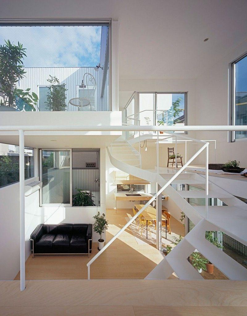 Modernes Japanisches Mikrohaus mit einer innenliegenden Brücke ...