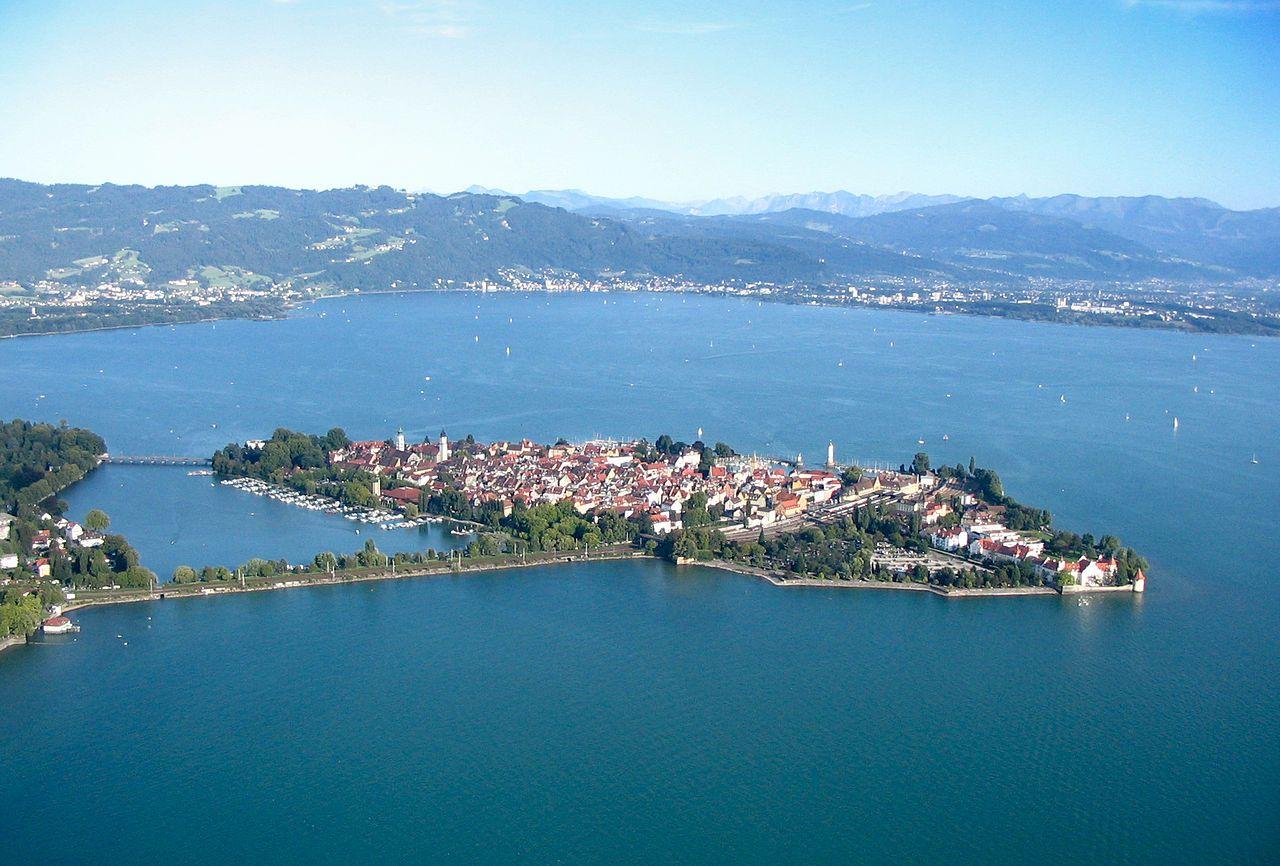 Die Inselaltstadt Von Lindau Im Bodensee Dahinter Die Alpen