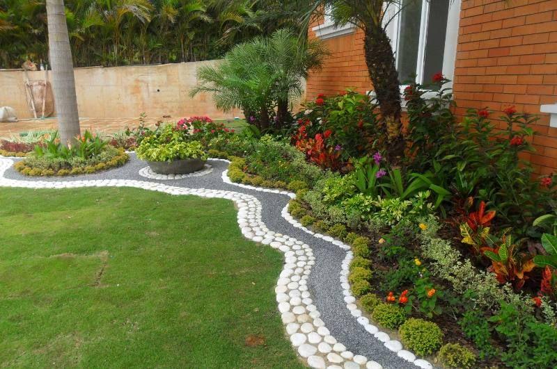pequeño jardin exterior decorado con camino de pieadras   Jardins ...