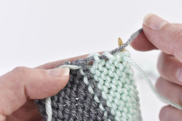 How to change colors and carry yarn in knitting yarn