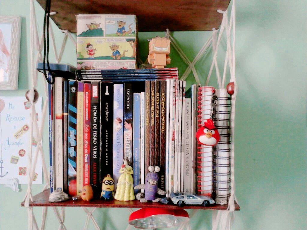 Minha mini estante. A maioria dos livros que li foram no celular pq é isso q pessoas sem dinheiro fazem.