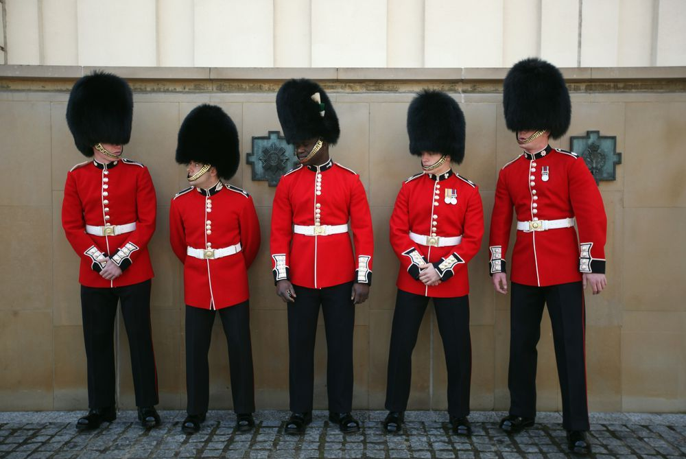 How To Identify The Foot Guards At Buckingham Palace Queens Guard Buckingham Palace British Guard
