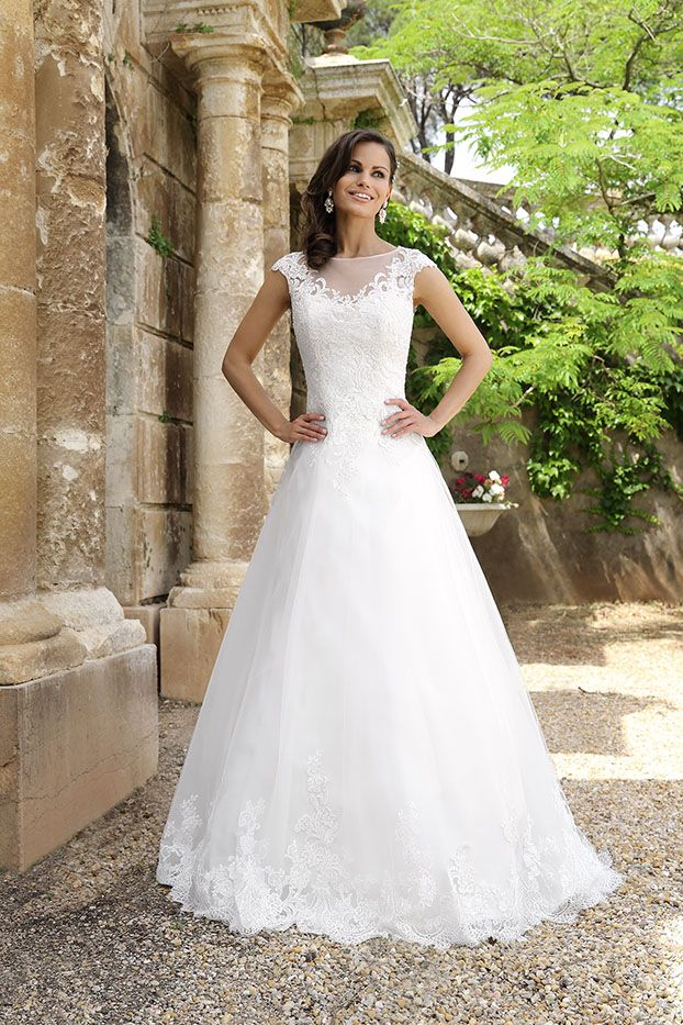 Wedding dress Tarnon from the Emma Charlotte collection #attireforwedding