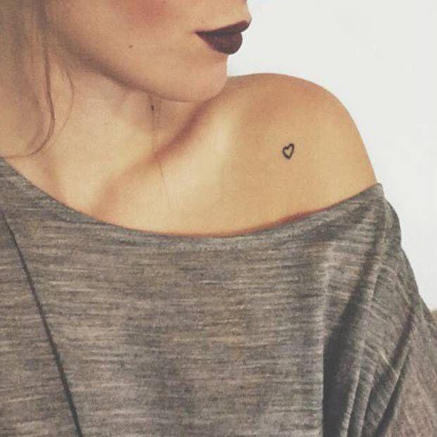 Tatuaje De Un Pequeño Corazón Situado En El Hombro Izquierdo De