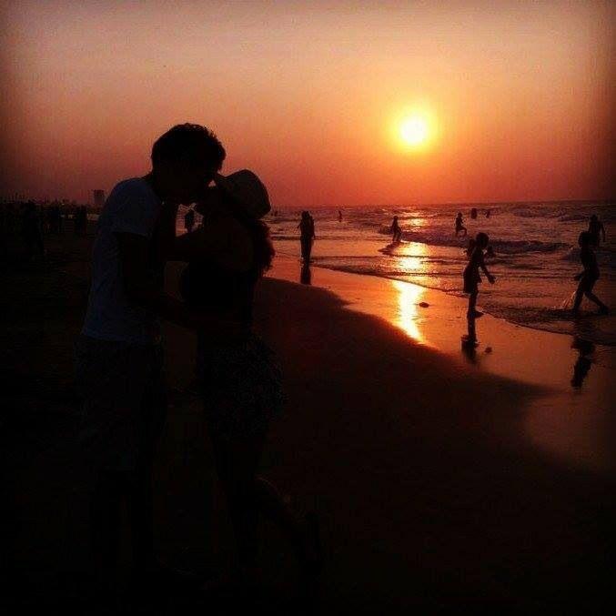 Playa,un bello atardecer,tu novia/esposa y tu ,el mar.......todo especial para el romance .......