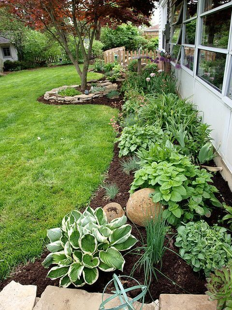 I Love The Look Of This Garden For Back Yard Flowerbed