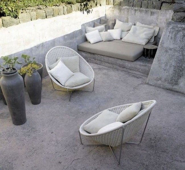 kleine terrasse sichtbeton bodenbelag bodenkissen sessel tongef e gartenideen pinterest. Black Bedroom Furniture Sets. Home Design Ideas