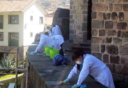 Un grupo de especialistas en conservación y restauración de bienes muebles e inmuebles, encabezados por Juan Dario Lucana, iniciaron la limpieza de las 289 piedras incas dañadas por el derrame de petróleo en el monumento del Coricancha, en la región Cusco.