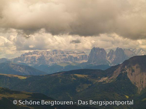 Blick aus den Sarntaler Alpen zur ca. 40km entfernten Sella (Gralsburg der Ladiner), rechts Langkofel und Plattkofel - Foto: Mario Hübner