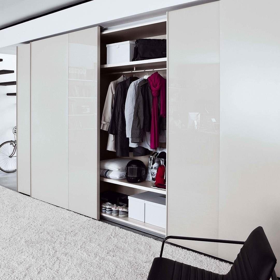 Der Designer Kleiderschrank Offset mit Schiebetüren wird in ...