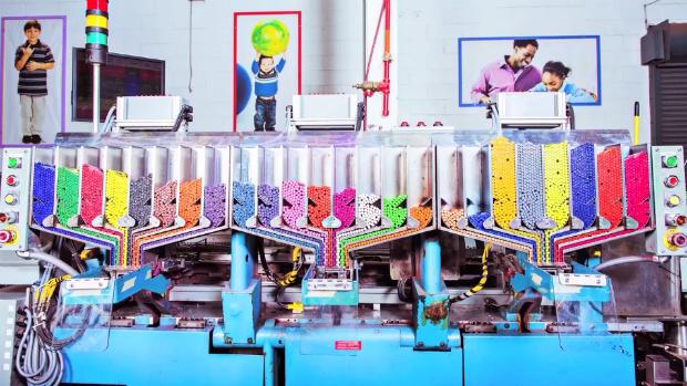 Uma volta pela fábrica de giz de cera da Crayola