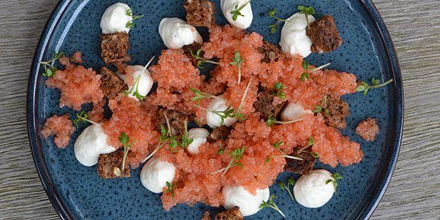 Skøn, simpel og super smuk forret med delikate stenbiderrogn, lækker rygeostcreme og sprøde brødcroutoner.