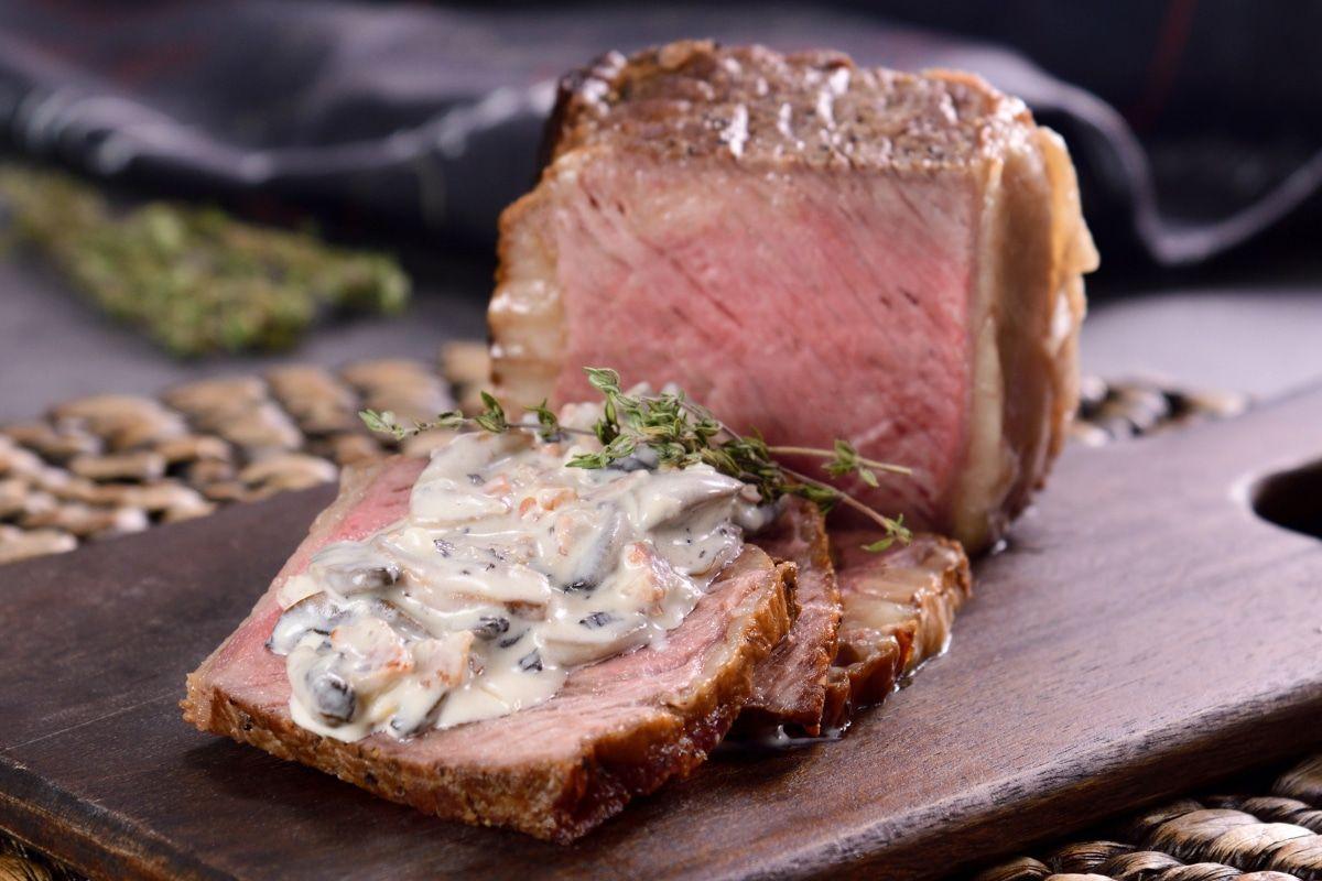 Roast Beef Con Salsa Cremosa De Champiñones Receta Recetas De Comida Platos De Carne Champiñones