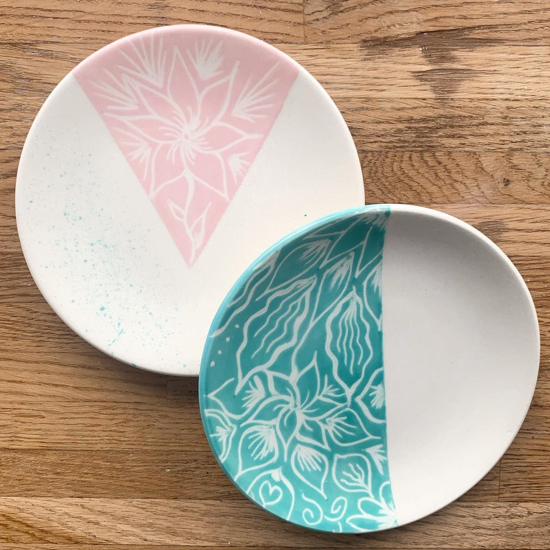 Peinture Sur Ceramique Technique Du Grattage Assiette Decoree Peinture Sur Ceramique Technique Ceramique Ceramique