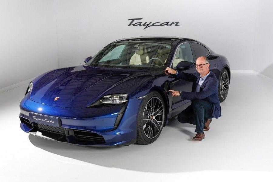 Le Redacteur En Chef De Sport Auto Jean Eric Raoul Nous Presente La Nouvelle Porsche Taycan Video Berline Sportive Porsche Voiture Neuve
