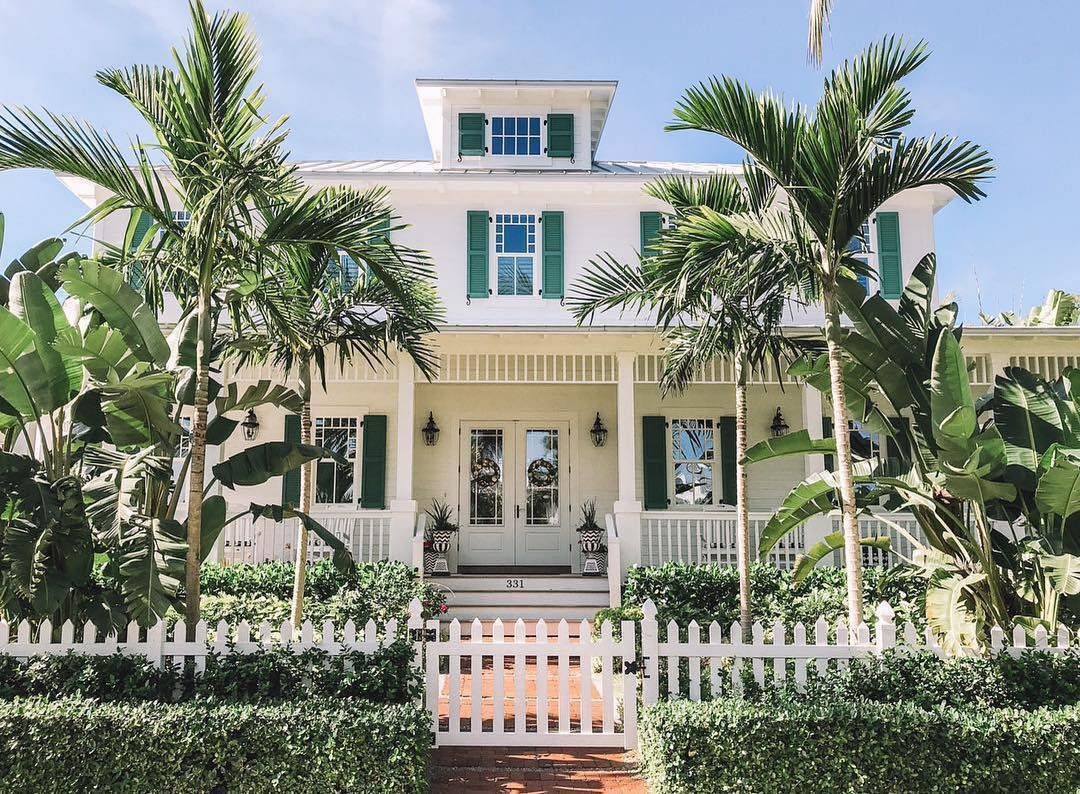 Elegant Accents Framed In Palm Trees Who Wants To Move Into This Boca Grande Home Gorgeous Shot By Florida Homes Exterior House Exterior Florida Palm Trees