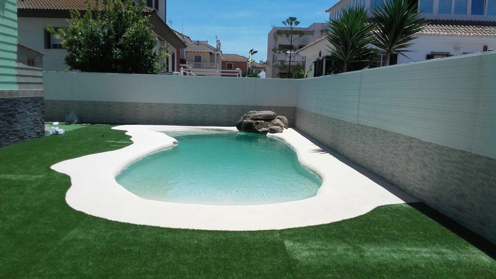Una vivienda de Punta Umbría acoge esta elegante piscina de arena ...