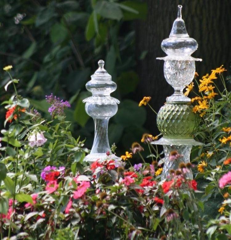 Gartenkust aus glas im blumenbeet garten garten garten deko und garten ideen - Gartenstecker basteln ...