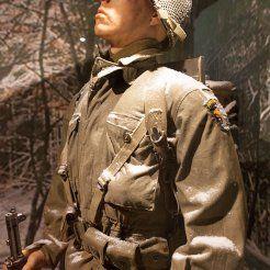 Maniquí representando a un paracaidista de la 101st Airborne