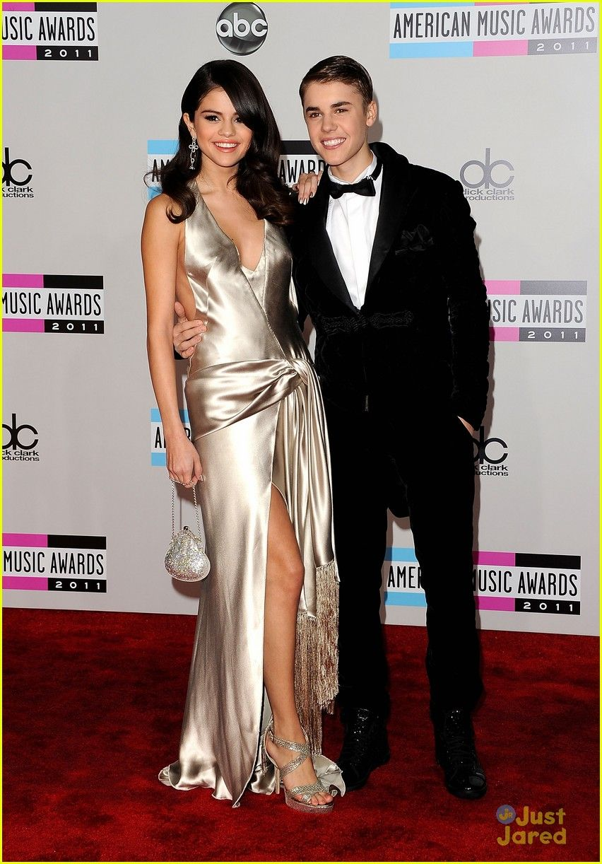 Selena Justin 2011 Amas 17 With Images Revealing Dresses