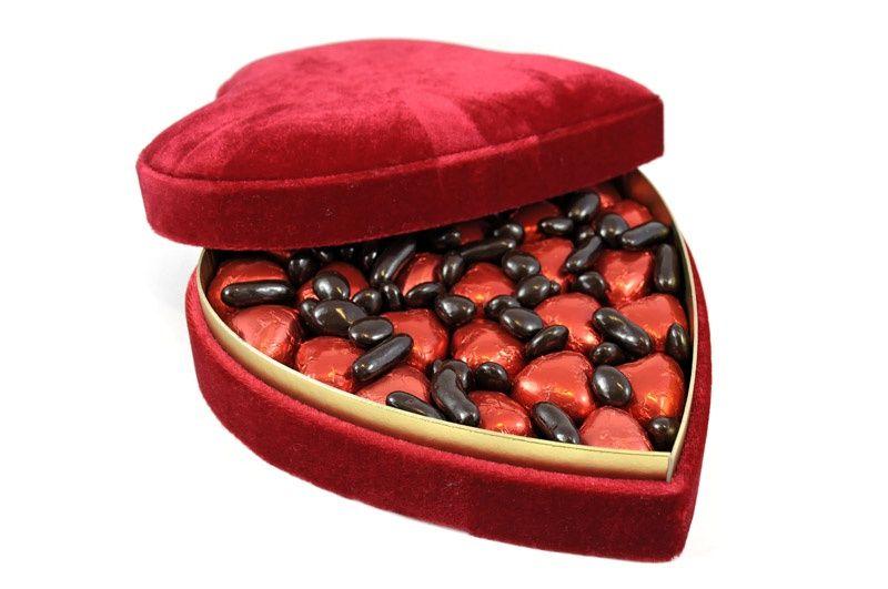 Kipkirmizi Kalp Cikolatalari Ile Gul Cicekleri Bahcesini Andiran