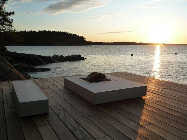 ferienvilla schweden feuerstelle dielenboden terrasse bucht blick