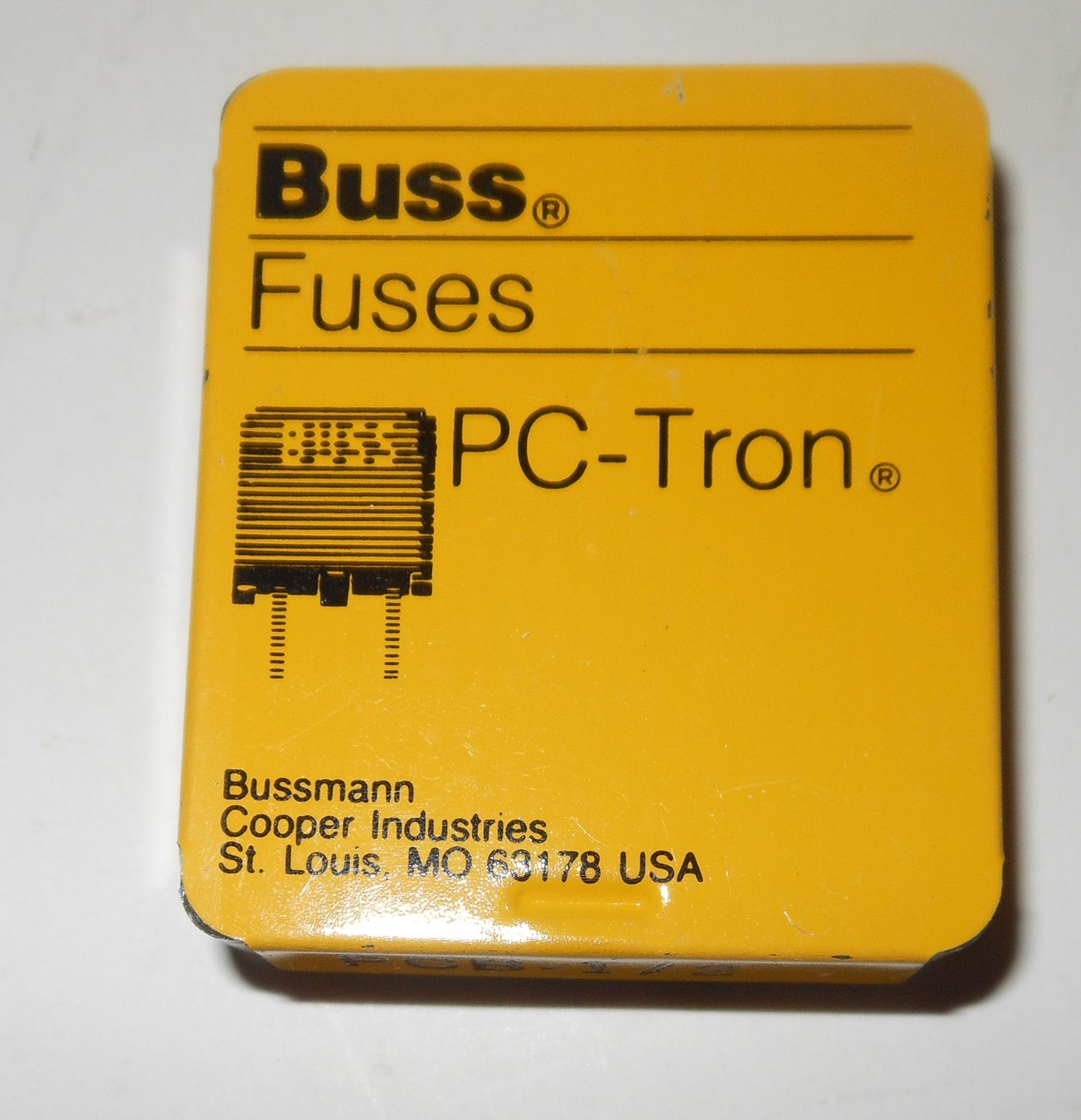 2a1462e841cab683604b63e2e0a03240 fuse new this is a box of fuses that is 1\