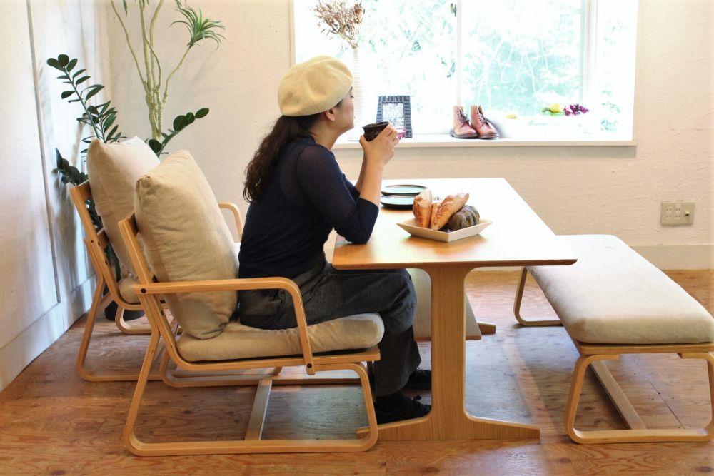 無印良品の リビングでもダイニングでもつかえるシリーズは 日本の住まいにとても適した商品です ダイニングセットとリビングのくつろぎを一つにしてしまうというコンセプトですから テーブルの高さを60cmという少し低めの設定にしたテーブルとクッション 無印良品