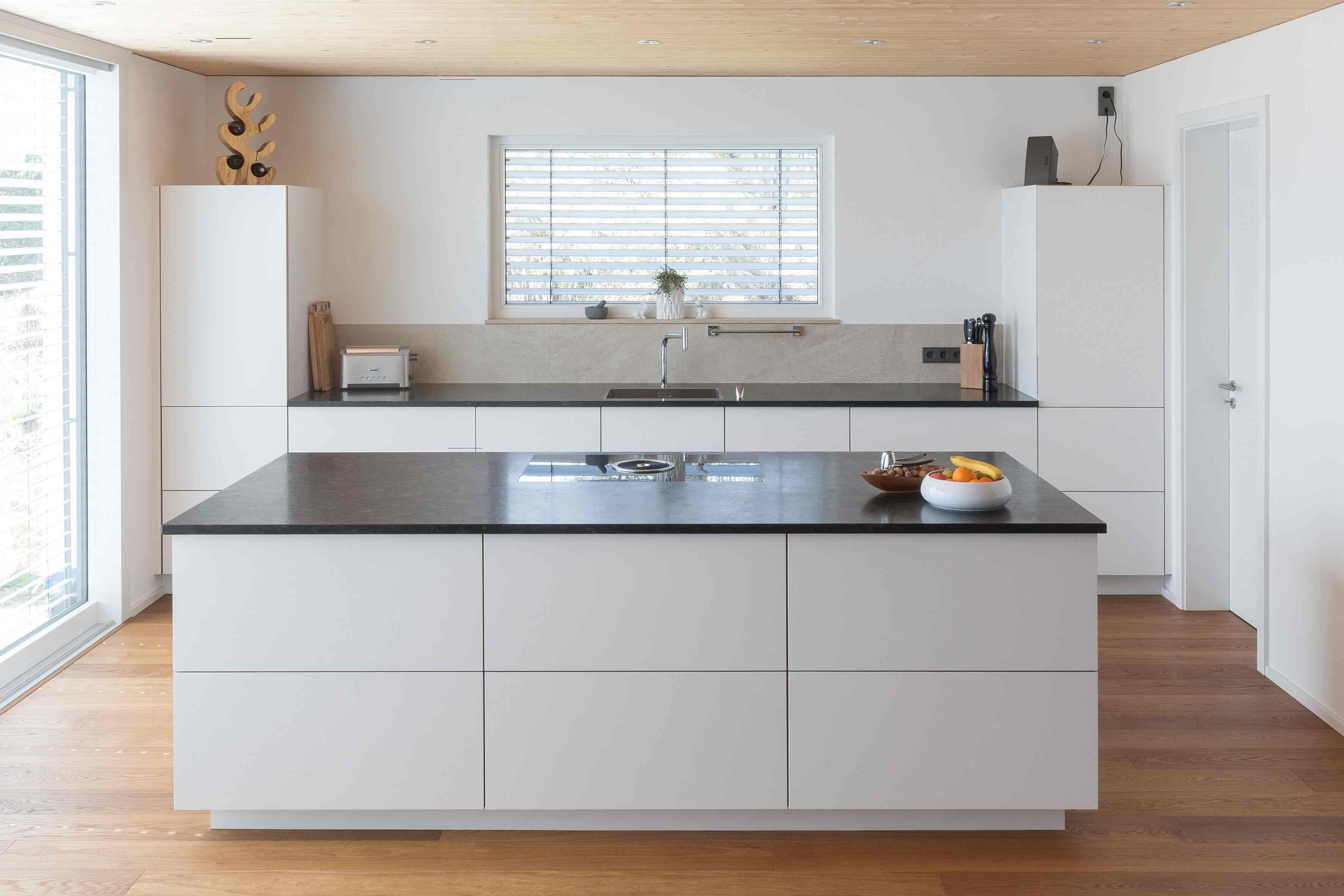 Designer Küche  Grifflos  weiße Küche  Moderne Kücheninsel