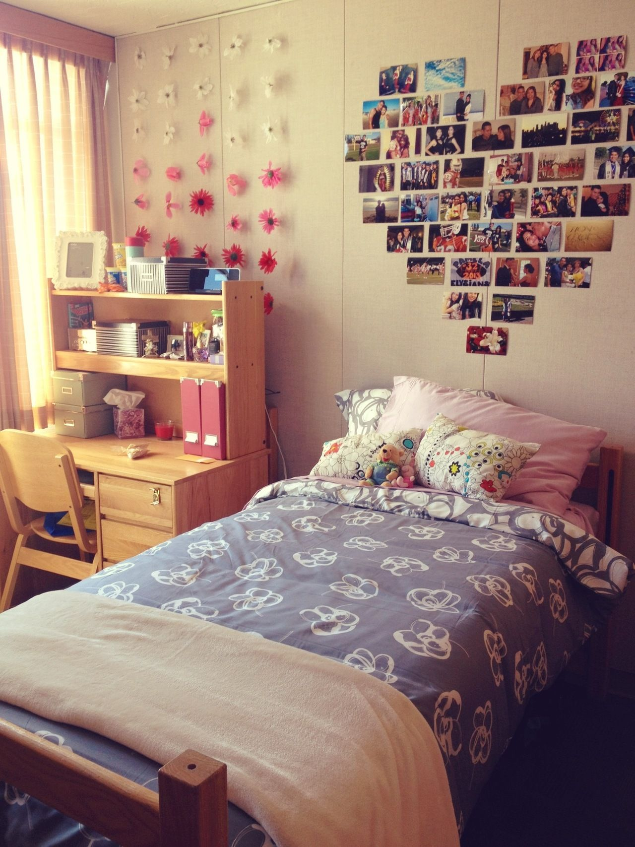 Fuck yeah cool dorm rooms photo dorm room o for Cute picture hanging ideas