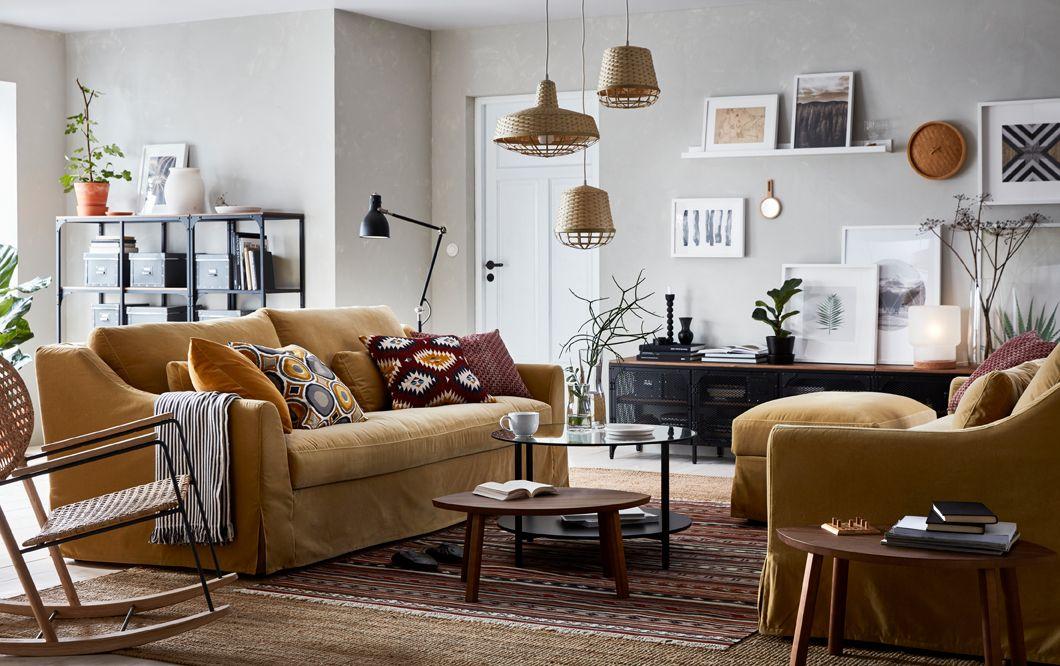 Soggiorno beige, marrone e giallo con due divani a 3 posti FÄRLÖV in ...