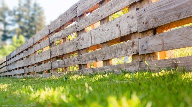 palettenzaun einen zaun aus paletten selber bauen anleitung gartengestaltung zaun aus. Black Bedroom Furniture Sets. Home Design Ideas