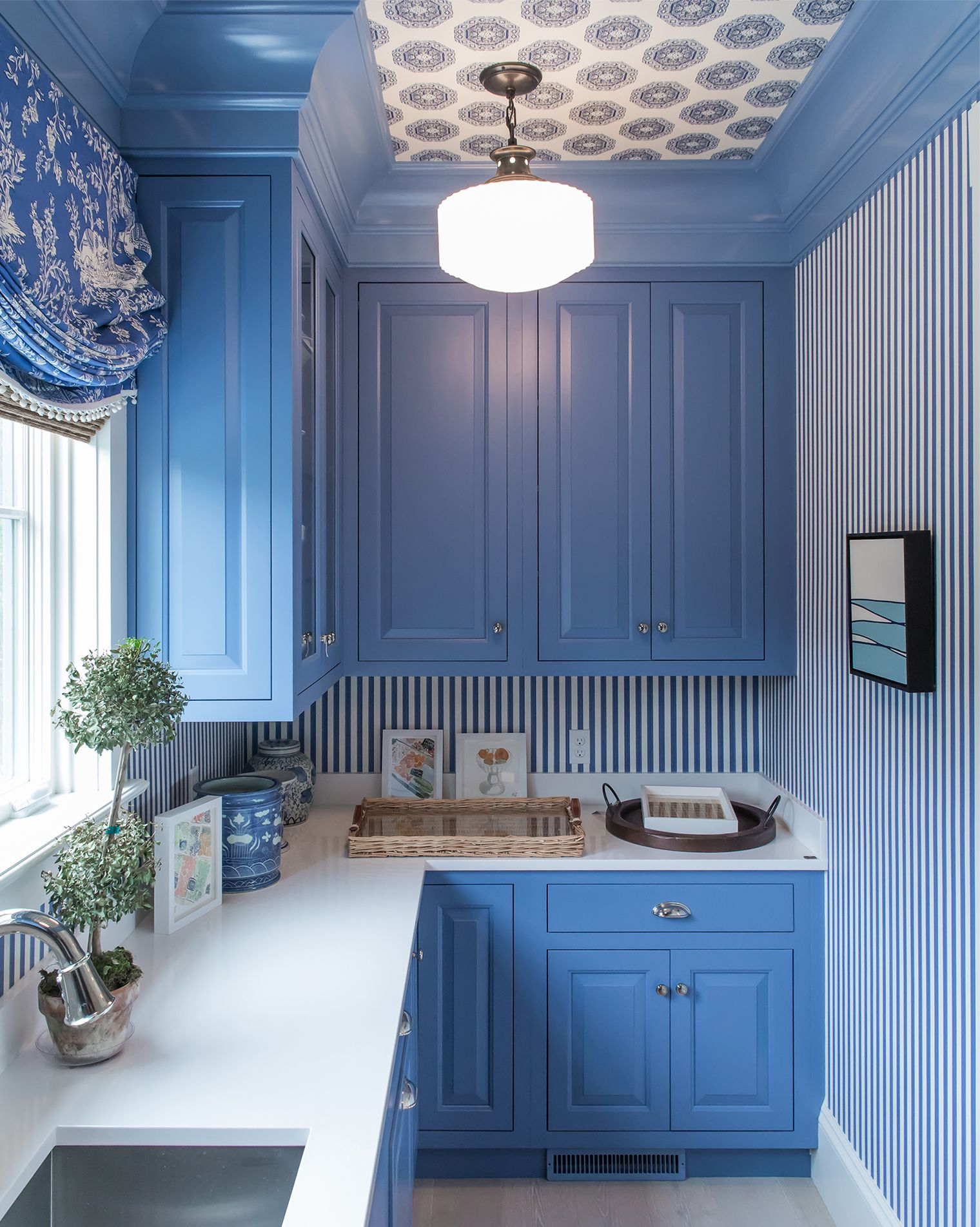 15 inspirational ideas for decorating with blue and white blue kitchen cabinets home decor on kitchen decor blue id=88099