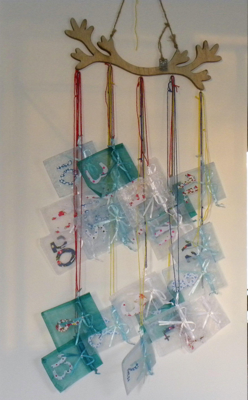 trés simple à faire pour faire plaisir aux enfants : un support avec crochet, ficelle, petit sac en toile de jute ou en organza, tissu autocollant pour faire soi meme les chiffres.faire des tailles différentes pour suspendre vos sacs.