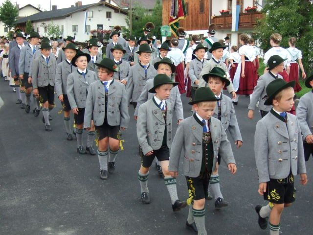 #Trachtenumzug mit prächtigen Burschen,  alle in herrlicher Tracht ---- what a good-looking bunch of boys all of them dressed in #lederhosen