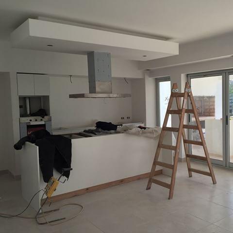 Cocina integrada en proceso #cocina #blanca #diseño #bajada ...